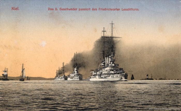 Kiel - das II. Geschwader passiert den Friedrichsorter Leuchttur